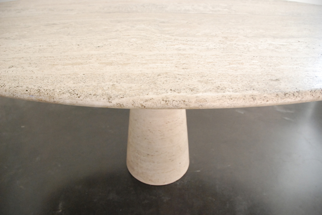 Ovale dining table in travertin