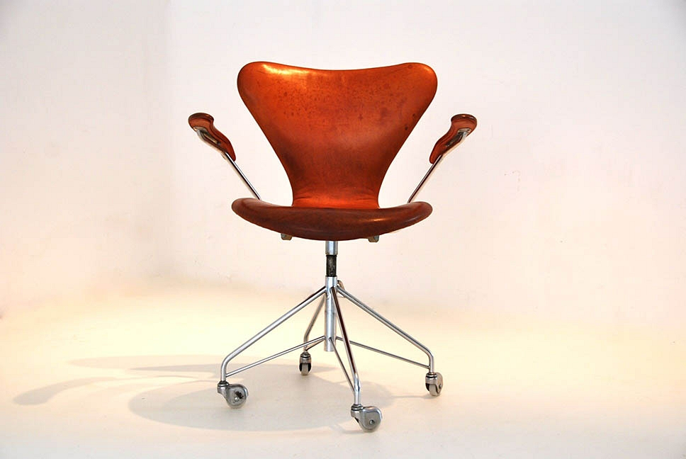 Arne Jacobsen swivel armchair